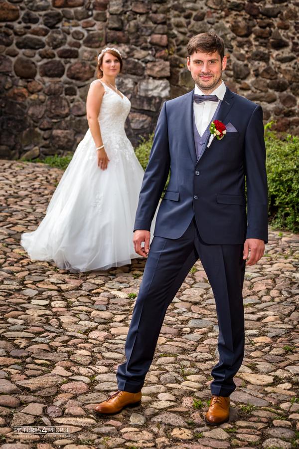 Fotograf aus Dessau; Hochzeit, Bräutigam steht im Vordergrund