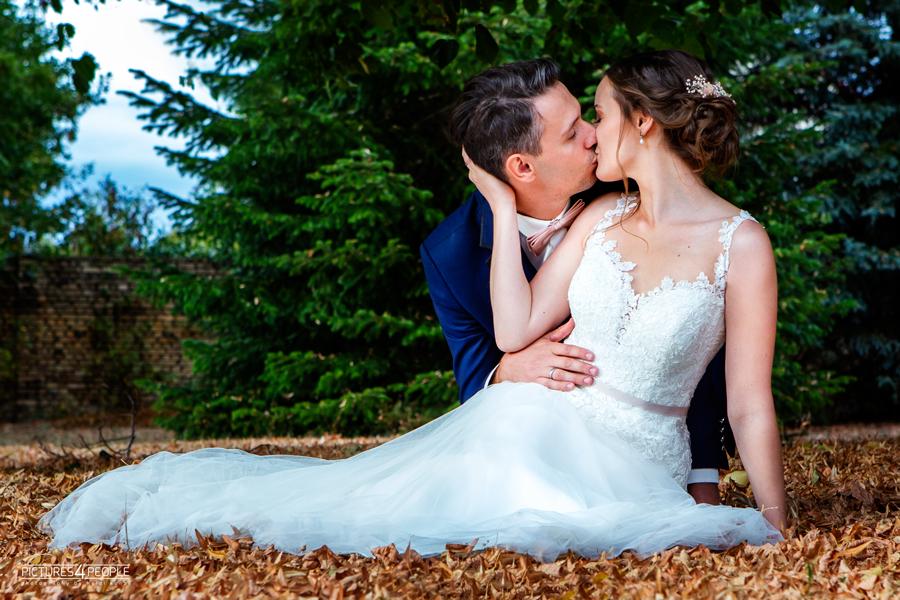 Fotograf aus Dessau fotografiert ein küssendens Brautpaar