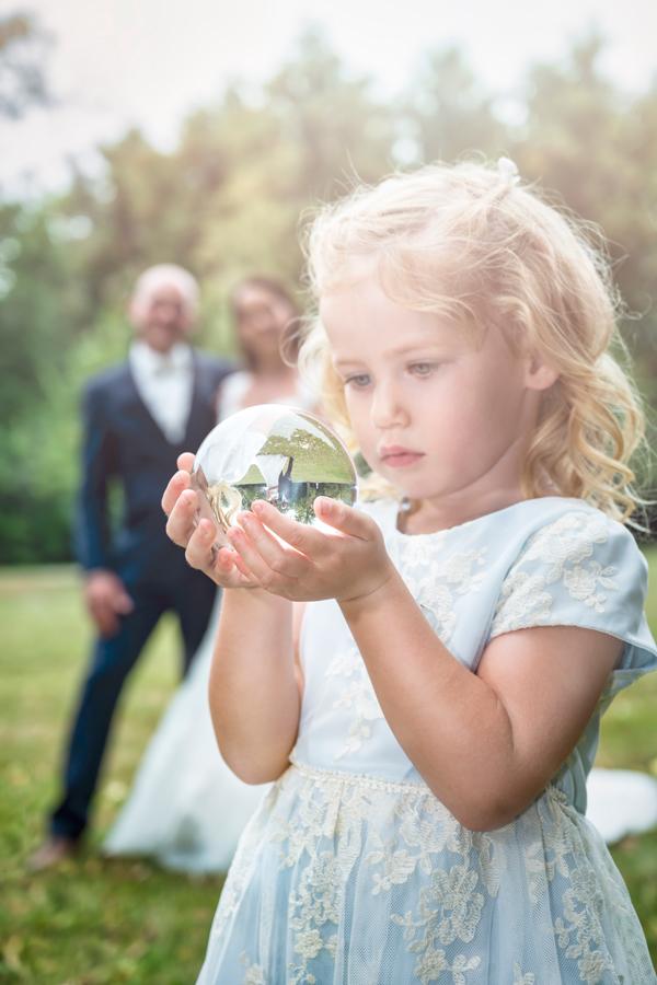 Fotograf aus Dessau; Hochzeit, Kind schaut in Glaskugel