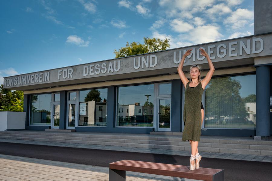 Tanz trifft Architektur in Dessau, Fotografin nahm Tänzerinnen vor Dessauer Bauten auf