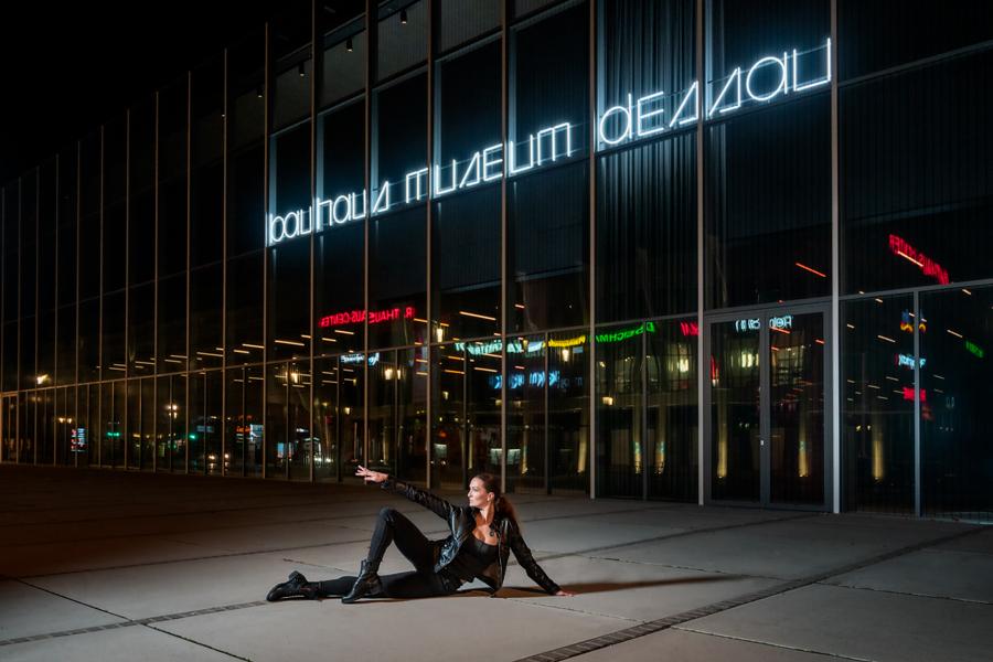 Nachtansicht, Bauhausmuseum Dessau mit Tänzerin