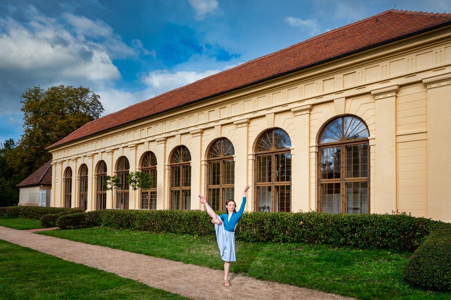 Baletttänzerin vor der Orangerie im Park Luisium in Dessau-Roßlau