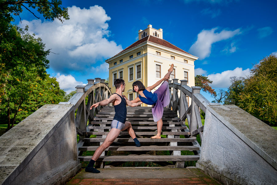 Baletttänzer vor dem Schloss Luisium in Dessau-Roßlau