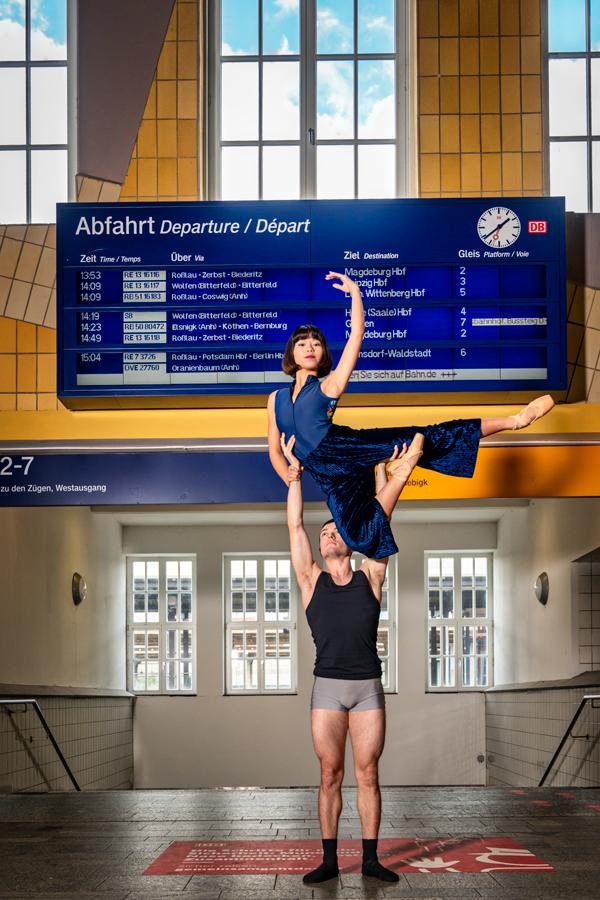 Baletttänzer Im Hauptbahnhof in Dessau-Roßlau