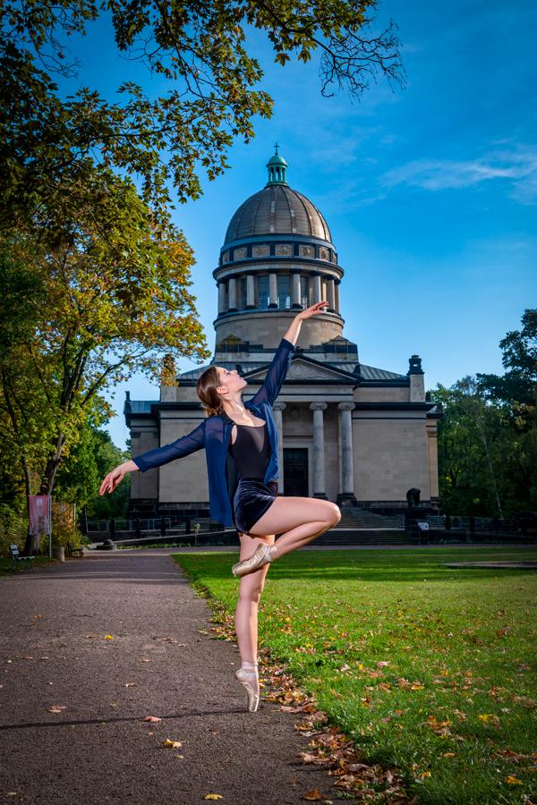 Balletttänzerin steht vor dem Mausoleum in Dessau