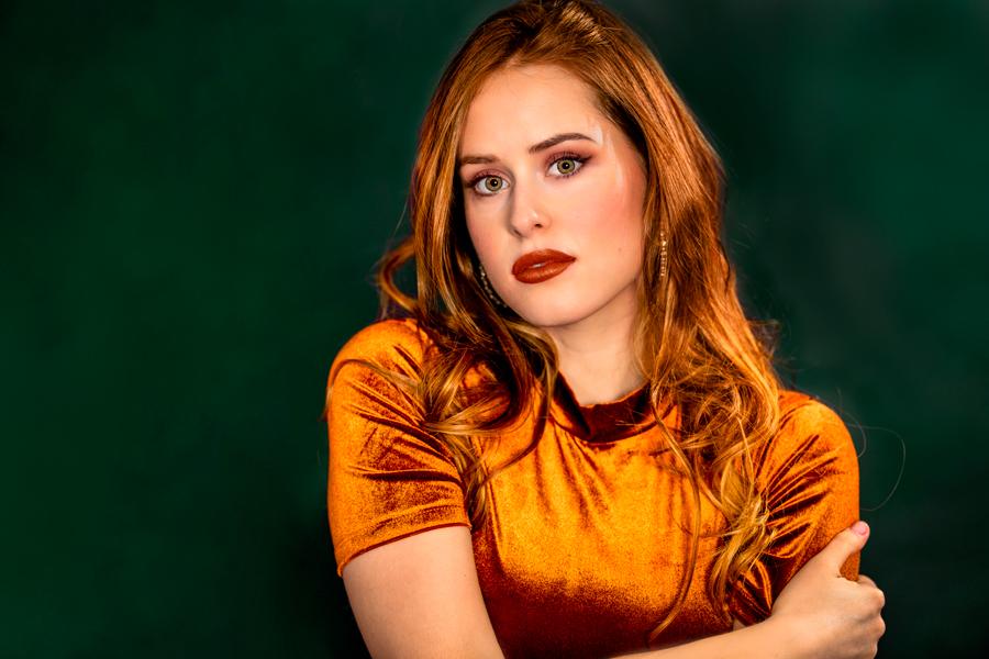 Studioaufnahme, Frau mit rotem Haar
