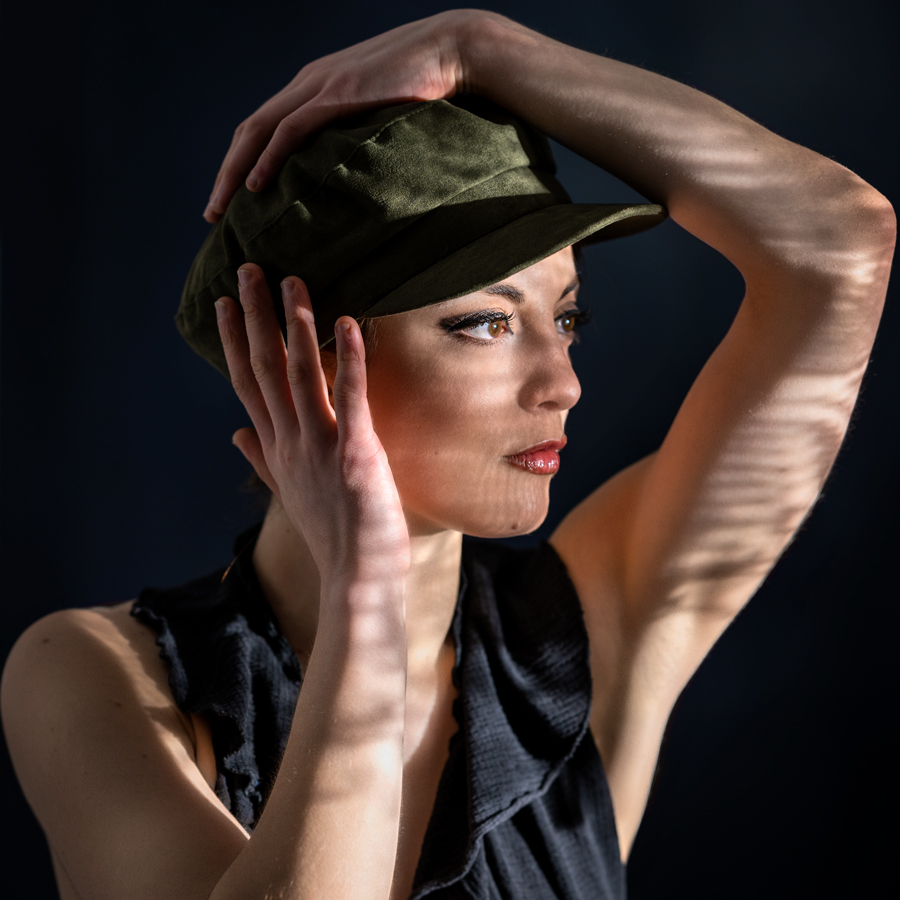 Studioaufnahme, Frau mit Hut