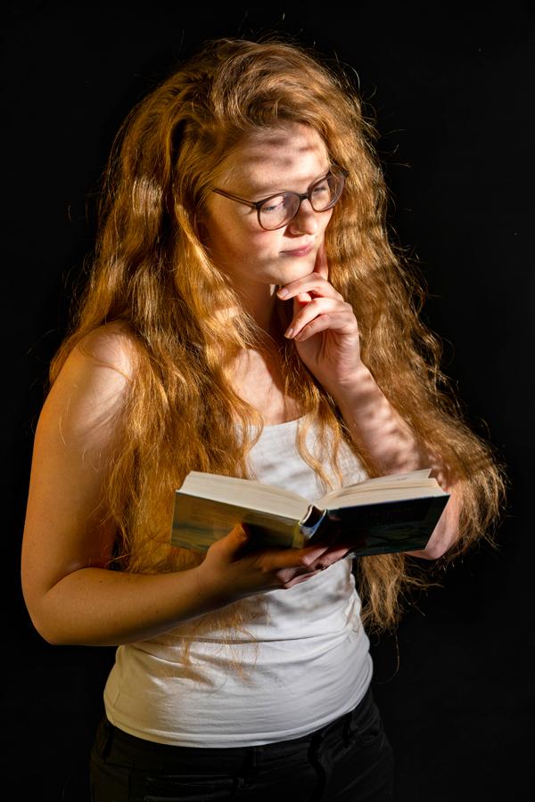 Studioaufnahme, Frau liest ein Buch