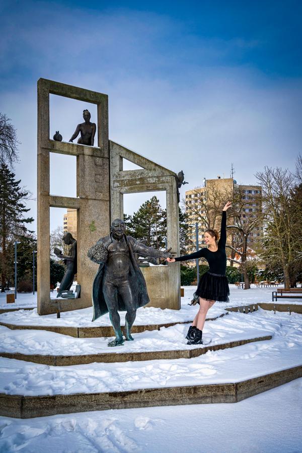 Stadtpark Dessau, Balletttänzerin tanzt mit einer Springbrunnenfigur bei 11 Grad Minus