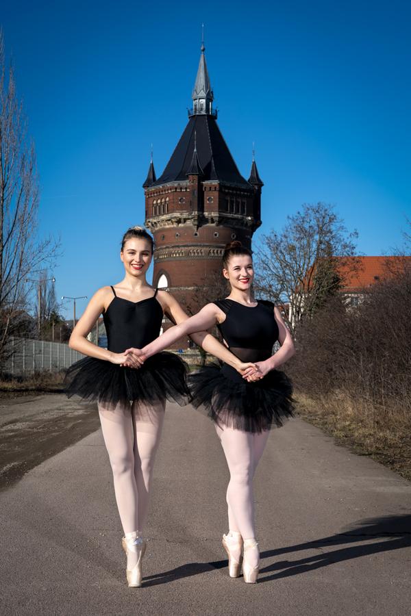 zwei Balletttänzerinnen tanzen auf Spitze vor dem Wasserturm in Dessau