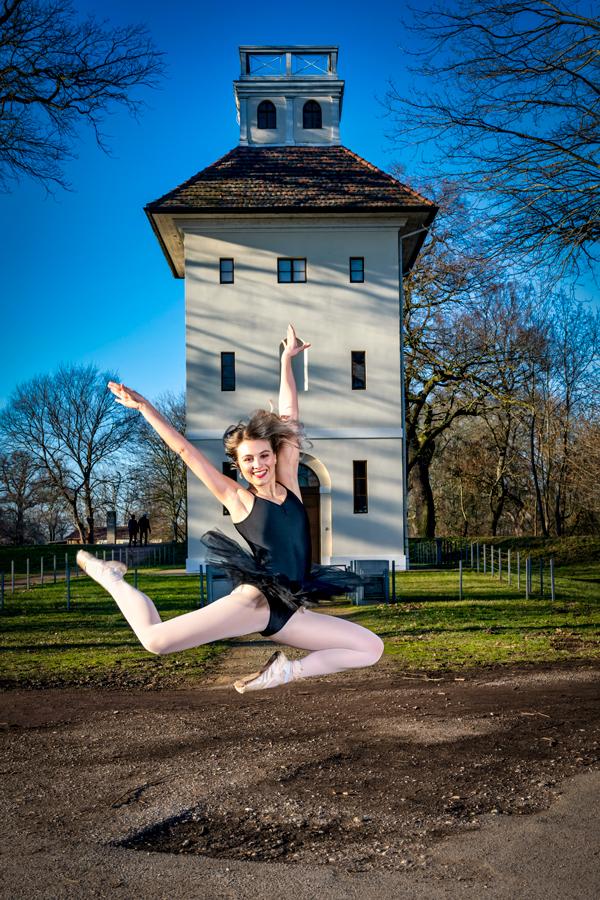 Balletttänzerin springt vor dem Elbpavillon in Dessau