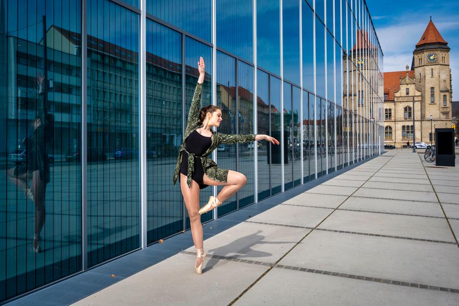 Ballerina in Dessau, vor dem Bauhausmuseum