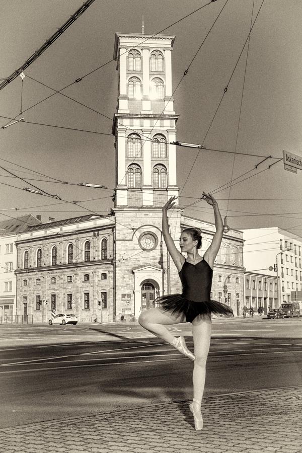 Ballerina in Dessau, auf der Museumskreuzung