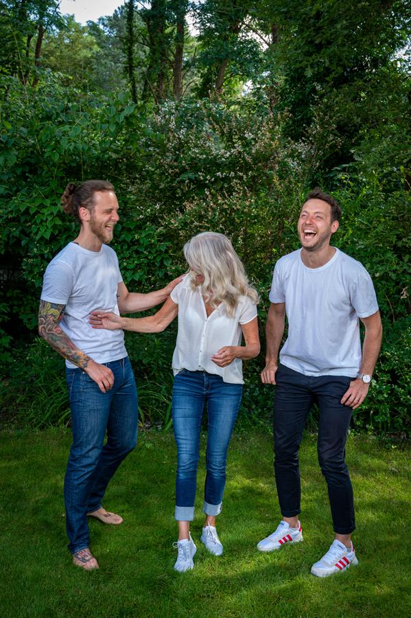 Mutti mit zwei erwachsenen Söhnen, lachend