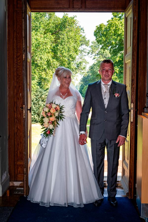 Hochzeitspaar betritt das Standesamt
