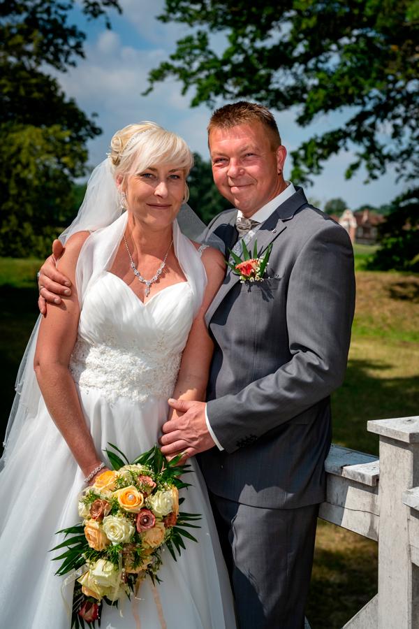 glückliches Hochzeitspaar im Luisiumpark in Dessau
