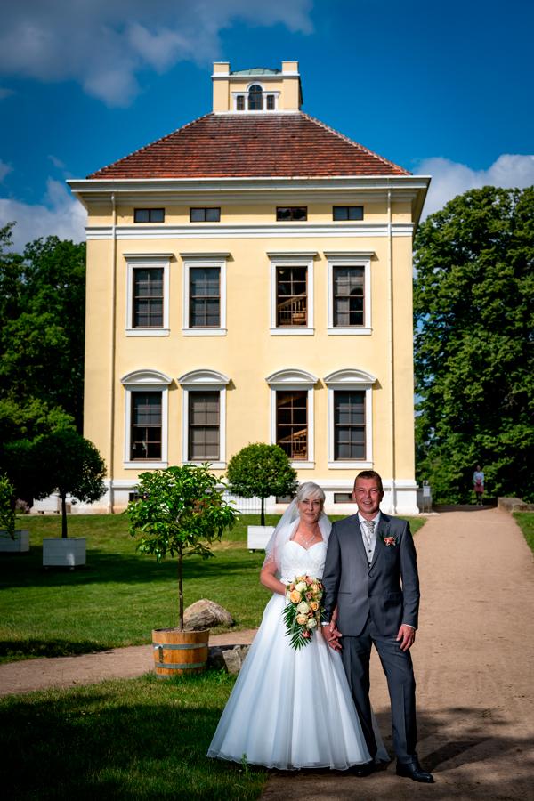 Hochzeitspaar vor dem Luisium in Dessau