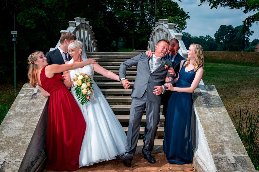 Hochzeitspaar im Luisiumpark in Dessau mit den Kindern