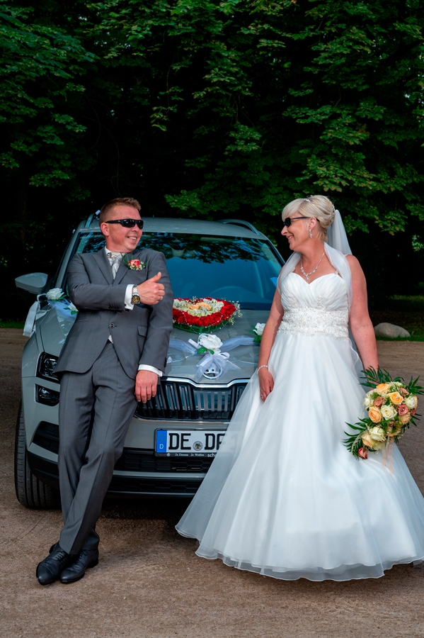 Hochzeitspaar im Luisiumpark in Dessau mit Sonnenbrillen