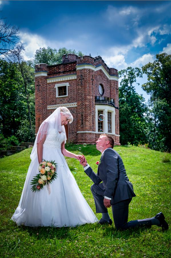 Hochzeitspaar im Luisiumpark in Dessau, vor dem Schlangenhaus