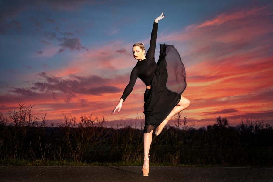 Balletttänzerin vor den Elbewiesen bei Sonnenaufgang