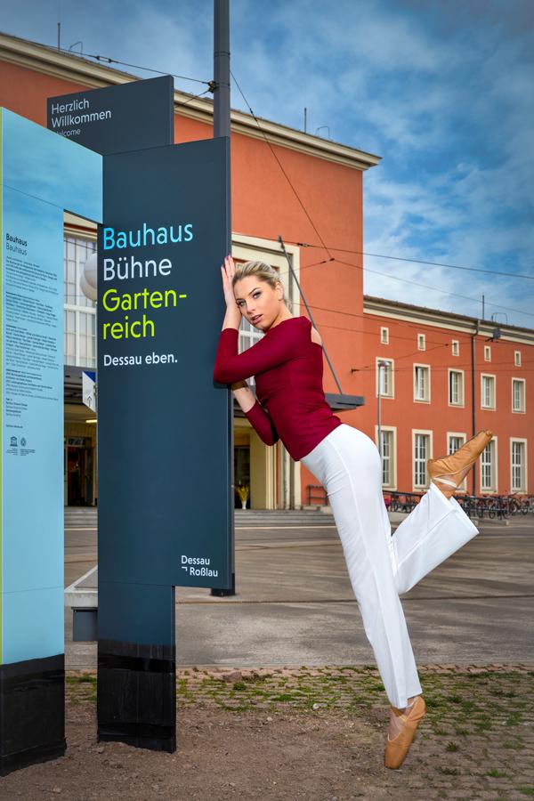 Balletttänzerin vor dem Hauptbahnhof in Dessau-Roßlau
