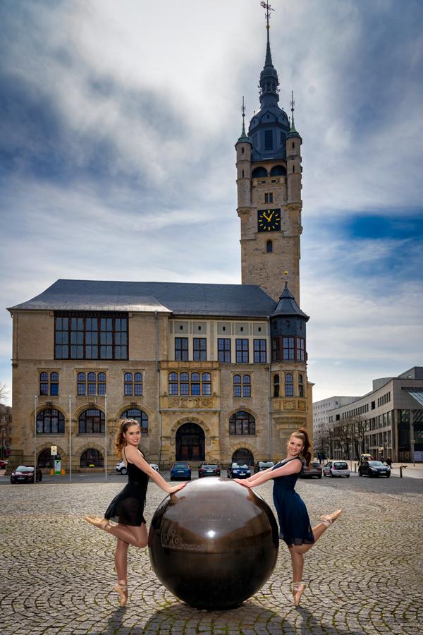 Balletttänzerinnen vor dem Rathaus in Dessau-Roßlau