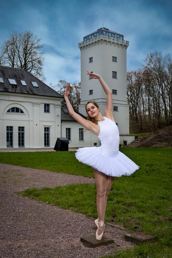 Balletttänzerin vor dem Zollhaus, an den Elbewiesen bei Dessau-Roßlau