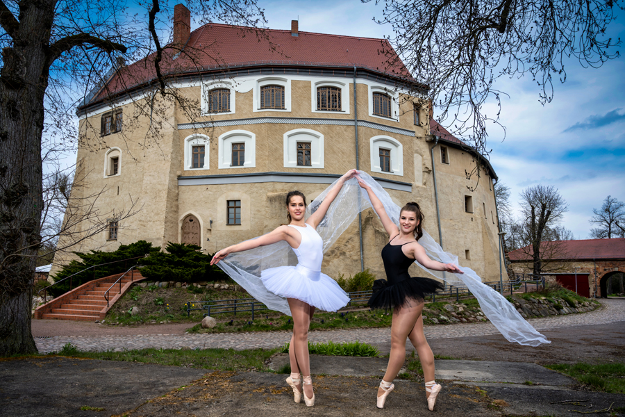 Balletttänzerinnen vor der Wasserburg in Dessau-Roßlau