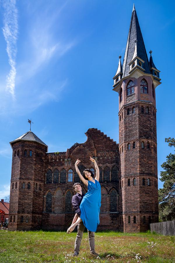 Balletttänzer vor dem Forstamt in Dessau-Roßlau