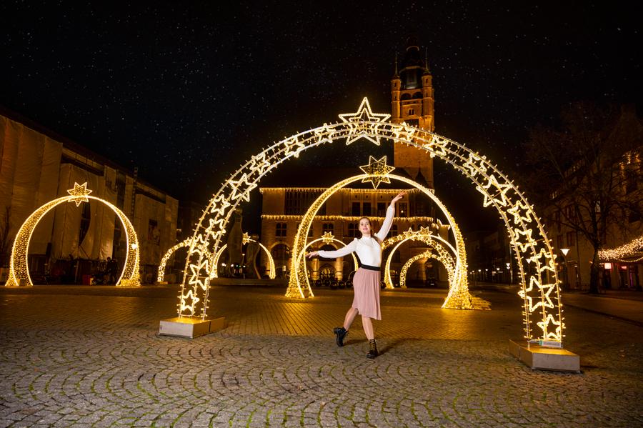 Balletttänzerin vor dem Rathaus in Dessau-Roßlau