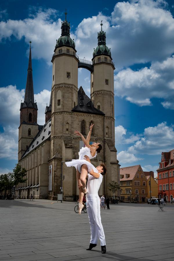 Balletttänzer auf dem Marktplatz in Halle