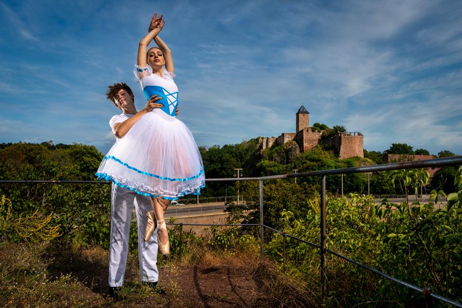 Balletttänzer vor der Burg Giebichenstein in Halle