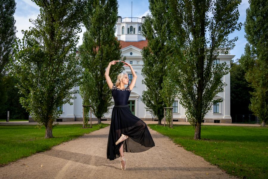 Balletttänzerin vor dem Georgium in Dessau-Roßlau
