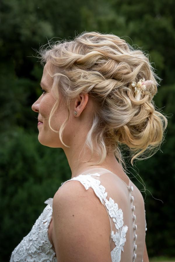 hochgesteckte Haare einer Braut
