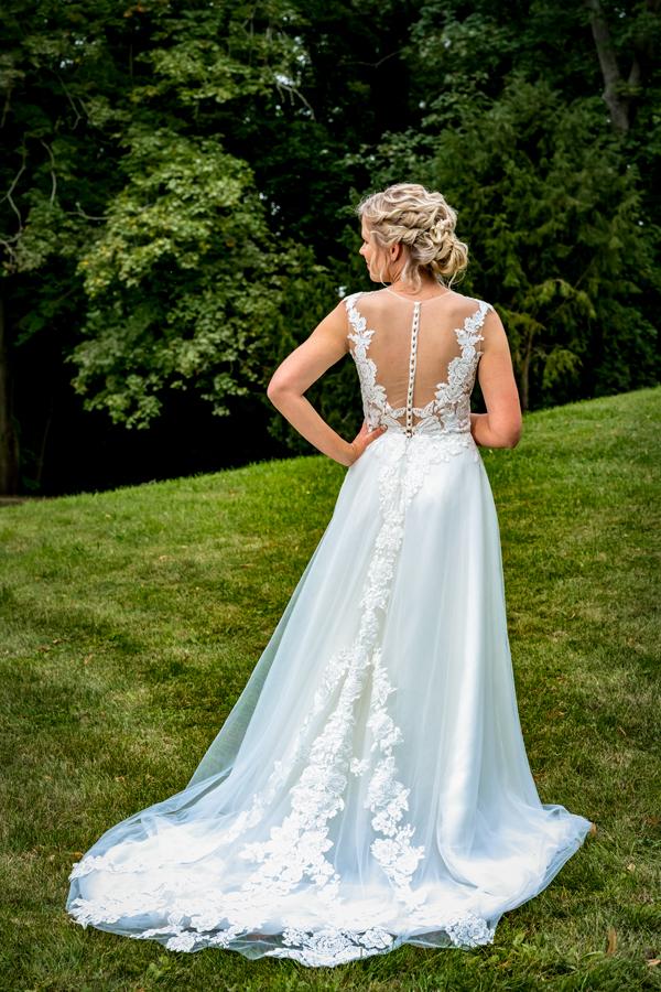 Braut von hinten mit der schönen Rückenpartie