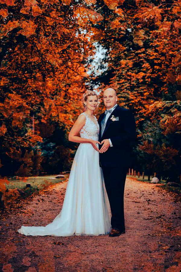 Hochzeitspaar im herbstlichen Laubwald